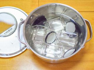 香橙酱,在煮果酱的过程中,另取干净无油的白锈钢锅,把果酱瓶清洗放入锅中小火煮5分钟消毒