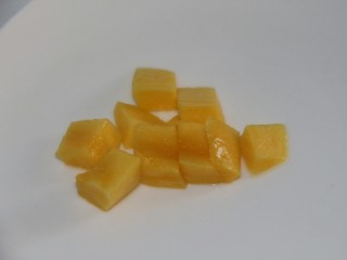 冬喝暖饮夏吃冰~百香果柠檬蜂蜜饮,切小块