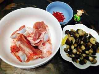 冬季一锅出+红鲟蒸红薯粉+简骨鸡枞菌萝卜汤,先准备煲汤:简骨,鸡枞菌,姜片,枸杞子