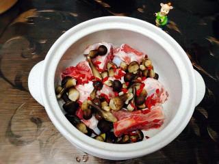 冬季一锅出+红鲟蒸红薯粉+简骨鸡枞菌萝卜汤,简骨用热水洗下
