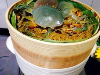 冬季一锅出+红鲟蒸红薯粉+简骨鸡枞菌萝卜汤,蒸笼放在砂锅上