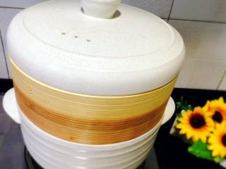 冬季一锅出+红鲟蒸红薯粉+简骨鸡枞菌萝卜汤,保持中火蒸20分钟左右