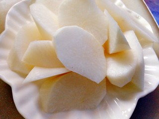 冬季一锅出+红鲟蒸红薯粉+简骨鸡枞菌萝卜汤,准备好白萝卜,去皮滚刀切法。
