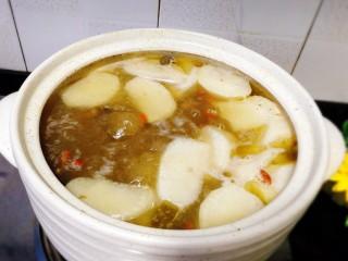 冬季一锅出+红鲟蒸红薯粉+简骨鸡枞菌萝卜汤,放入白萝卜,喜欢用砂锅慢慢煲,因为它的汤汁不怎么会变少,汤味儿浓