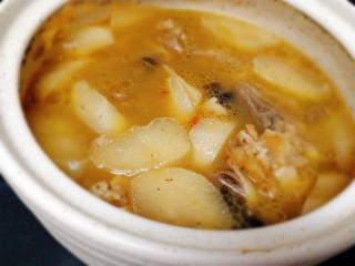 冬季一锅出+红鲟蒸红薯粉+简骨鸡枞菌萝卜汤,汤也好了,加入鸡粉,芹菜即可
