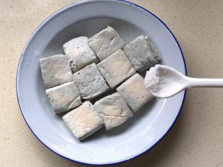 响油臭豆腐,把盐均匀撒在臭豆腐上,可以用手抹匀