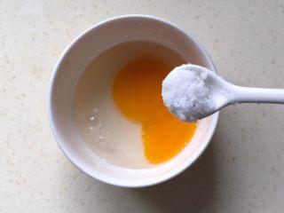 响油臭豆腐,打一个鸡蛋到碗里,放适量盐