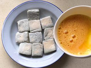 响油臭豆腐,把蛋液均匀淋在臭豆腐上