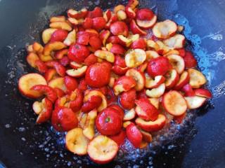 自制健康开胃小零食~果丹皮(烤箱版),用中火慢慢加热,白糖融化