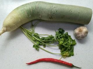 凉拌青萝卜,准备食材:青萝卜一个,辣椒一个,香菜和蒜。