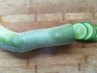 凉拌青萝卜,把青萝卜洗净后先切薄片。