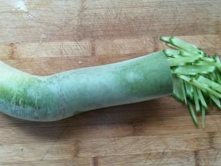 凉拌青萝卜,然后再切丝。