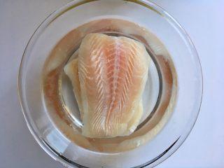 黑椒巴沙鱼意面,巴沙鱼柳放盐水中浸泡解冻