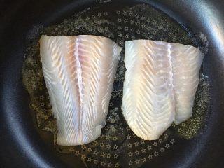 黑椒巴沙鱼意面,放入巴沙鱼柳