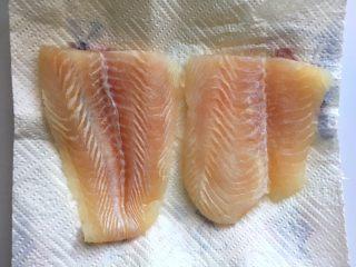黑椒巴沙鱼意面,解冻后的鱼柳用厨房纸吸干水分