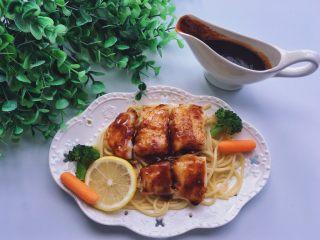 黑椒巴沙鱼意面,颜控可以选择性用煮过的西兰花,或者胡萝卜等摆盘后美美的享用。