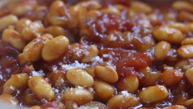 茄汁黄豆,最后调入盐翻炒均匀。