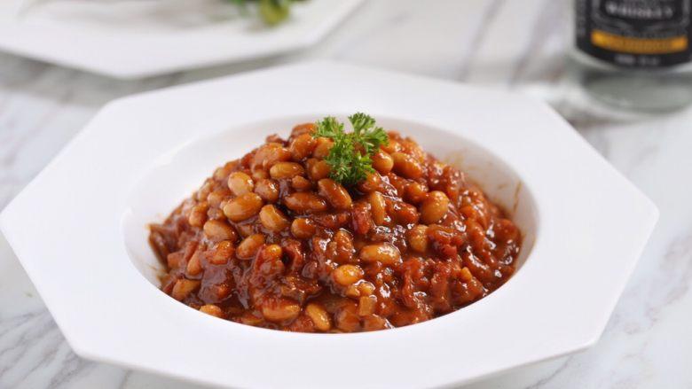茄汁黄豆,装盘,少许欧芹点缀。美味的茄汁黄豆就做好了。