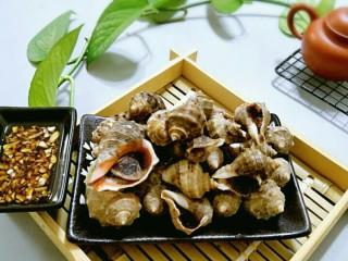 水煮海螺,海螺装盘,用牙签挑出肉,沾着蘸料吃特别的美味。