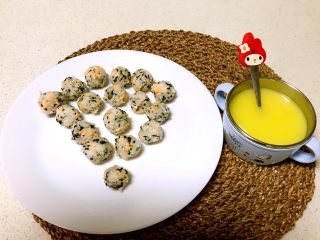 三文鱼紫菜饭团,加上一碗南瓜羹,一顿营养丰富,极具吸引力的午餐做好了,宝宝一口一个,一顿全部吃完!
