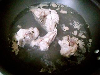 暖冬滋补汤,锅里烧开水,放入龙骨焯水