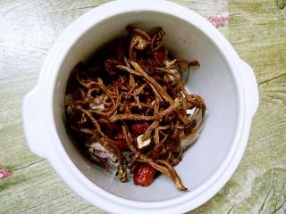 暖冬滋补汤,放入茶树菇