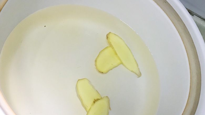 清蒸大闸蟹,烧一锅水 锅里放入姜片 适量黄酒(主要可以去寒气)