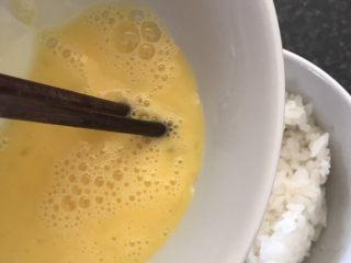 香蕉火腿黄金披萨派,一个鸡蛋打散倒入米饭中搅匀。