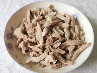 香辣猪肉干,捞起清洗干净后沥水