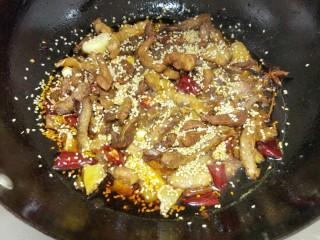 香辣猪肉干,炒到比较干时就好了,洒白芝麻