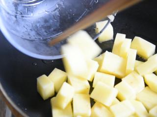 土豆原来可以这样吃,好吃到让你上天,孜然小土豆块!,土豆块沥干水分,倒入油锅中