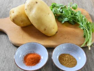 土豆原来可以这样吃,好吃到让你上天,孜然小土豆块!,土豆 1个、香菜 2g 辣椒粉 2g、孜然粉 3g、盐1.5g