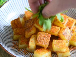 土豆原来可以这样吃,好吃到让你上天,孜然小土豆块!,盛出,放少许香菜点缀即可