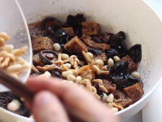 四喜烤麸,接着加入黄花菜和花生米翻炒均匀。