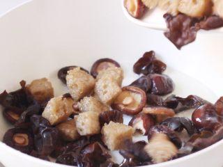 四喜烤麸,加入木耳、香菇、烤麸翻炒。
