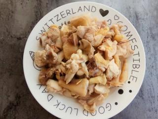 家的味道~香菇红烧鸡,焯好后捞出备用