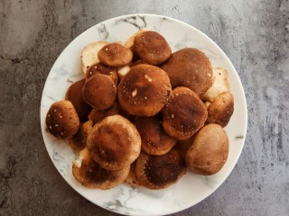 家的味道~香菇红烧鸡,准备香菇,如果是干的需要提前泡发