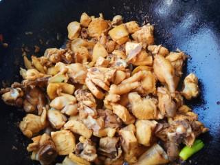家的味道~香菇红烧鸡,翻炒均匀,放入辣椒和大蒜