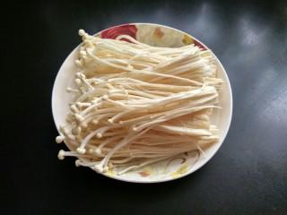 油炸金针菇,将金针菇切去根部,并清洗干净,把水分挤干。