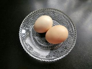 油炸金针菇,准备两个鸡蛋。
