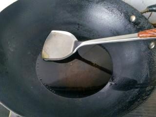油炸金针菇,锅里放油,烧热。