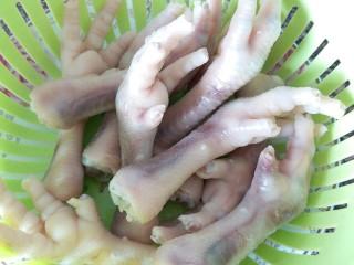 卤鸡爪,冲干净鸡爪表面的浮沫,再沥干