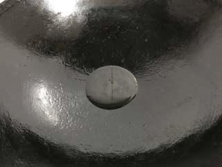 干锅牛蛙,炒锅中放适量油。