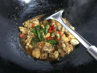 干锅牛蛙,最后放入青、红椒,用少许白糖调味即可熄火。