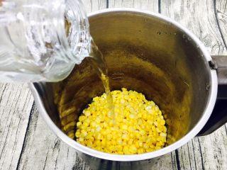 奶香鲜玉米汁(豆浆机版),倒入1000ml的矿泉水。