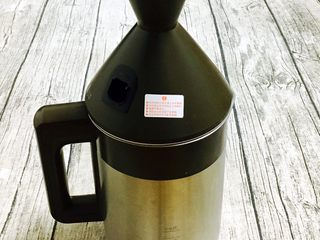 奶香鲜玉米汁(豆浆机版),盖好豆浆机的盖儿。