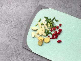 酥炸鸡排~在家就能自制更健康,葱、红椒切段;蒜瓣和姜片切片