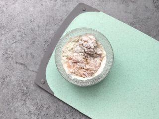 酥炸鸡排~在家就能自制更健康,把腌制好的鸡胸肉放面粉里蘸满面粉
