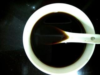 肉沫烧冬瓜,小碗中放入半勺生抽,半勺糖,一勺耗油,一勺料酒,适量盐,适量清水调成调料汁
