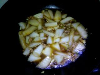 肉沫烧冬瓜,把调料汁倒入锅中,翻炒均匀。然后倒入清水,没过冬瓜